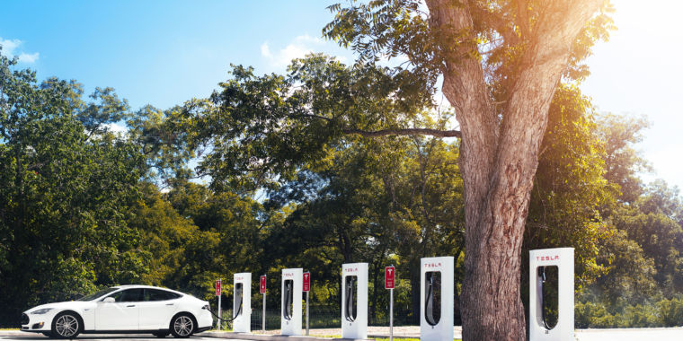 Tesla posts a Q4 loss but the company's revenue grows amid acquisitions